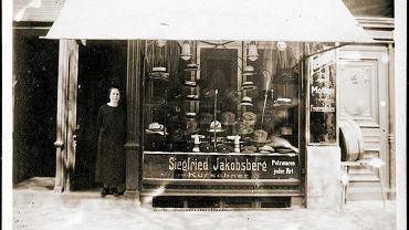Przed wejściem do sklepu z futrami i kapeluszami przy Falkenwalder Straße 4 (al. Wojska Polskiego) stoi Betti Jacobsberg *