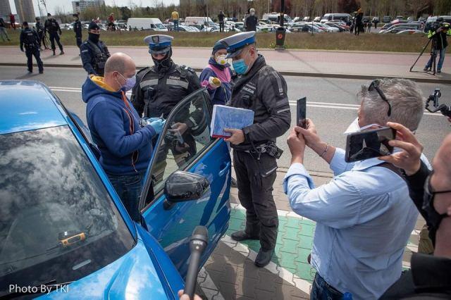 Marek Jarocki kontrolowany przez policjantów w trakcie protestu przedsiębiorców w Katowicach.