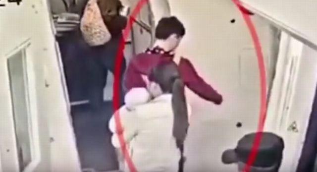 Pasażer chińskich linii lotniczych wrzucił na szczęście monety do silnika samolotu. Namówiła go do tego teściowa