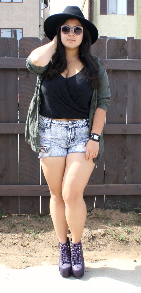 Rounded sunglasses and a large fall hat; OOTD