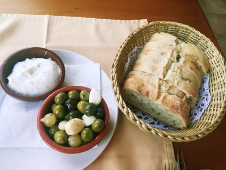 Brot mit Oliven (3,60€)