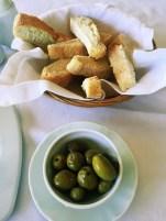 Frische Oliven mit Brot