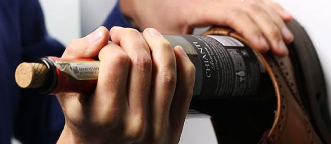 aprire-stappare-vino-con-scarpa-su-parete