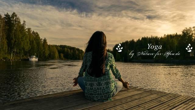 Frau sitzt an einem See und meditiert. Am Rand Schriftzug _ Yoga@nature-for-you.de in weiß