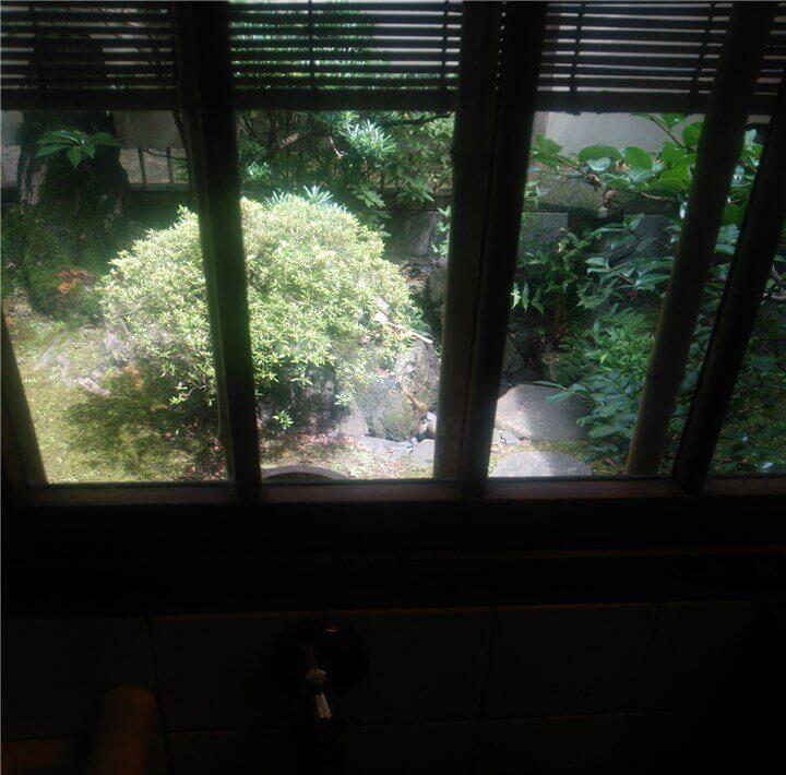 小窓から見たお庭