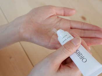 orbisu-white-model-hand