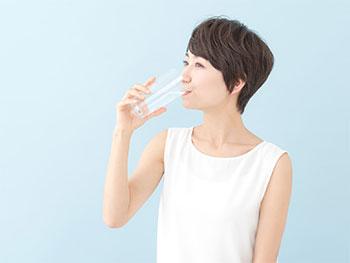 オルビス ディフェンセラを飲む女性