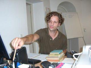 David Fischbach, einer der verantwortlichen Produzenten, beim Erledigen notwendigen Papierkrams im Büro von BUCHFUNK.