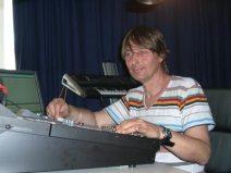 Serjoscha Stüven sorgt in seinem Tonstudio an den Reglern für den guten Ton.