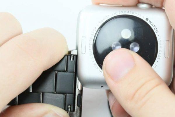 Adaptateur et le bracelet sur la montre Apple
