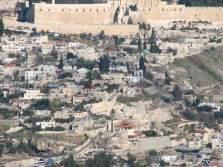 Нижний город римской эпохи Иерусалим находился между долиной Кедрона справа, бассейном Силоам в нижнем левом углу и турецкими стенами в верхней части фотографии. Нынешние стены Иерусалима были построены более 400 лет назад, хотя основание одной из башен Ирода осталось в современной стене возле Яффских ворот.