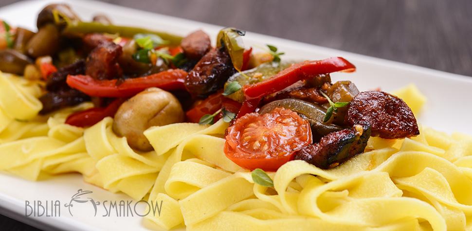 Tagliatelle z chorizo i warzywami