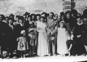 Gli sposi e i loro invitati davanti alla Villa Casati