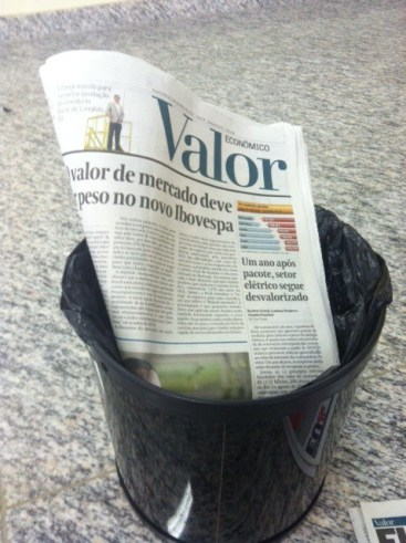 Os jornais assinados são pagos. Após utilizá-los, devolva-os ao lugar de origem para que outros possam acessá-los.