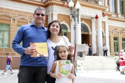 Foto: Ivo Gonçalves/PMPA. A menina Bia veio de Fortaleza com seus pais e foi correndo pegar um exemplar