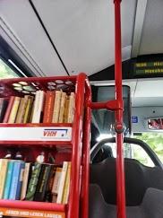 Bücherregal im Bus