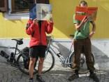Cyclistes dans la cour de la bibliothèque