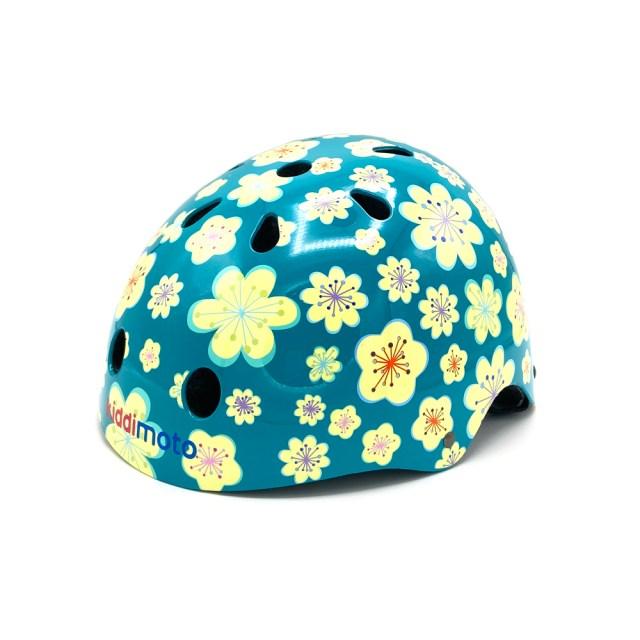 Casco de bicicleta azul con flores blancos