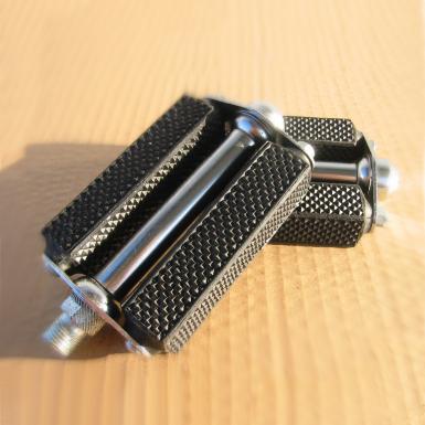 Pedal-con-bloque-de-goma-negro-y-agarre-diamante