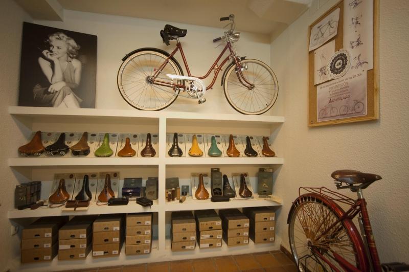 Mira el interior taller tienda de Bicicletasclasicasleo.com