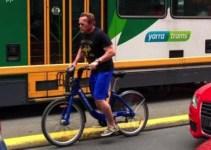 Arnold Schwarzenegger, prins fara casca de politistii din Melbourne