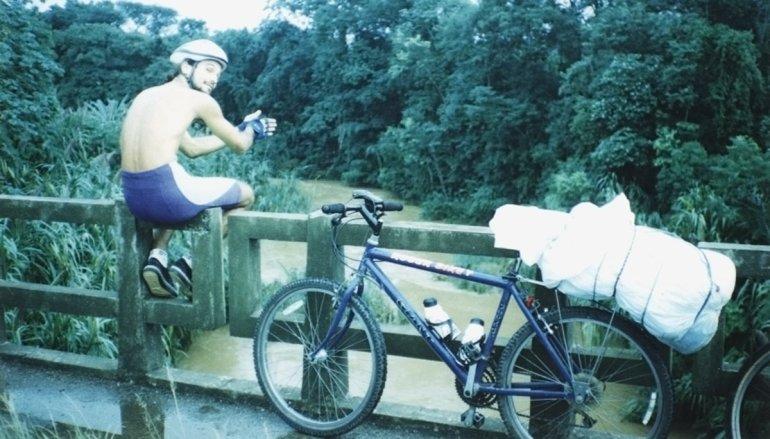 Cicloviagem para Cananeia em 96. Não, aquilo é minha mala protegida da chuva e não um corpo