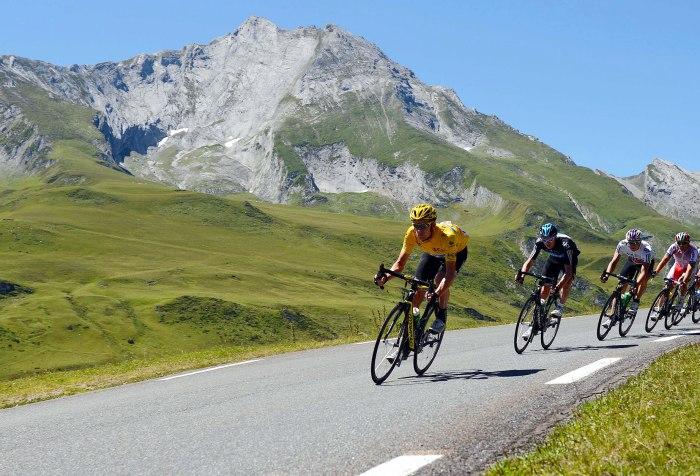 Bradley Wiggins in maglia gialla su una discesa al Tour de France 2012 (foto espn.com)