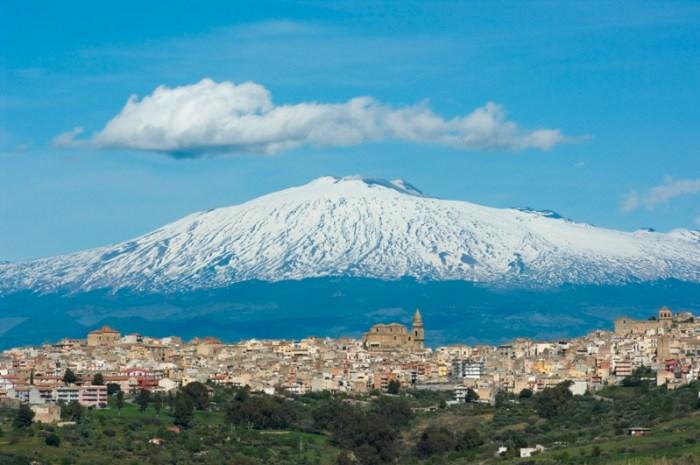 Vista di Linguaglossa, sormontata dall'imperiosità dell'Etna