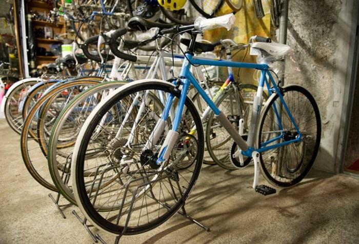 Foto di alcune bici usate in un negozio di Milano