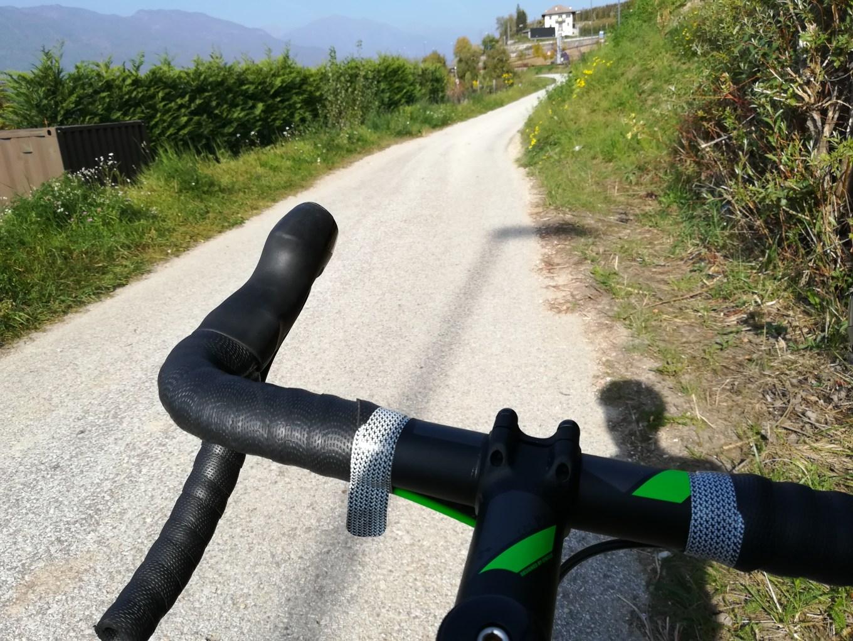 Dettaglio del manubrio della Cube Attain SL Disc. Foto scattata durante il Tour dei Castelli in Trentino (RT)