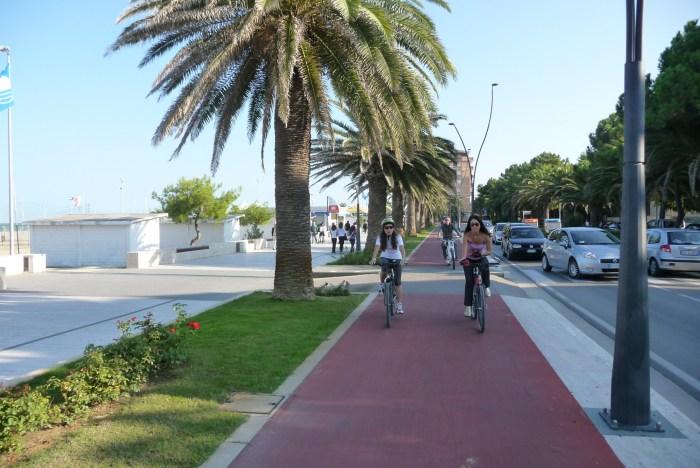 Un tratto della pista ciclabile a Roseto degli Abruzzi (wikipedia)