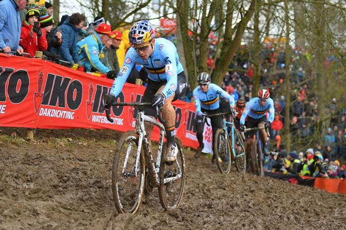 Wout Van Aert, tre volte campione del mondo di ciclocross tra i professionisti, in azione nel fango olandese di Valkenburg (velonews.com)