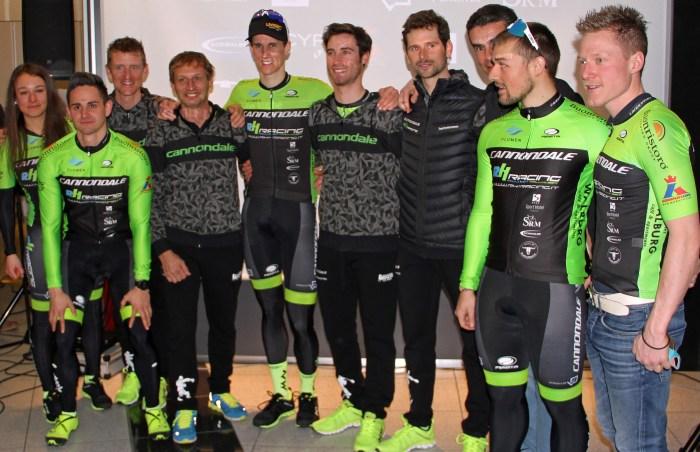 Ecco qui una parte dei biker del team RH Racing. Il primo a dx nella foto è Lukas Hofer, plurimedagliato mondiale e olimpico nel biathlon (vitralux.com)