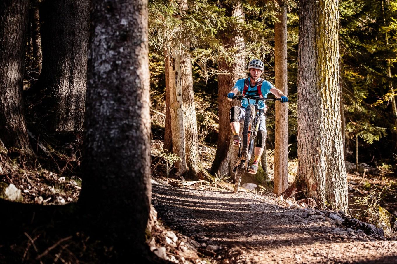 Biker impegnato in un passaggio del trail Willy Wonka (dolomitipaganellabike.com)