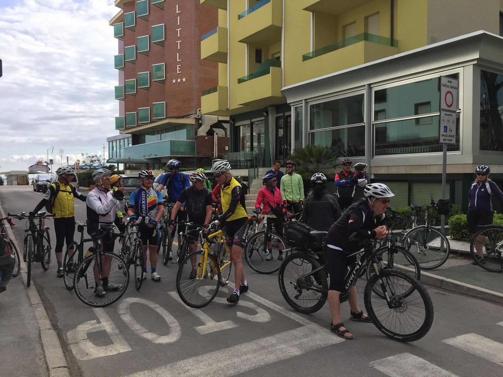 Ciclisti davanti all'Hotel Montecarlo Riccione (italybikehotels.it)