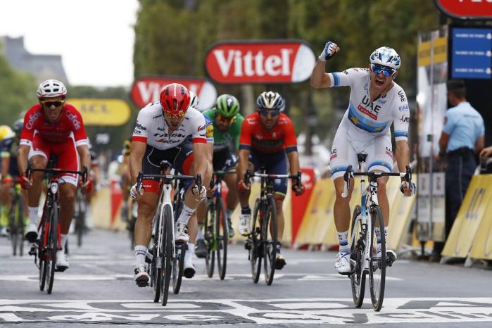 Lo sprinter norvegese Alexander Kristoff in trionfo nella volata sui Campi Elisi all'ultimo Tour de France