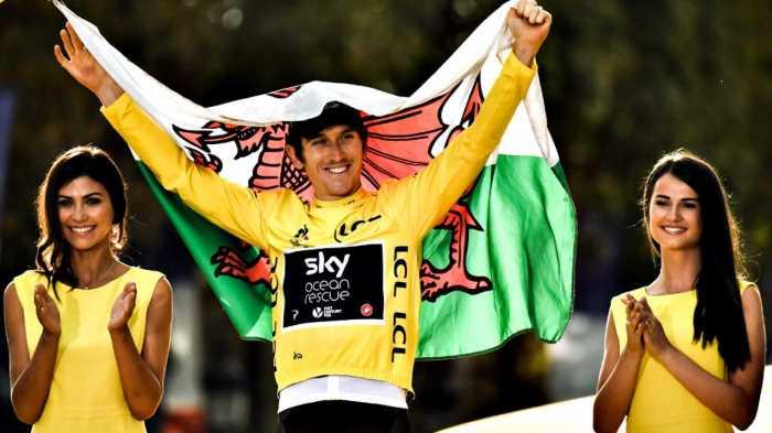Geraint Thomas con la bandiera del Galles sul podio finale dell'ultimo Tour de France