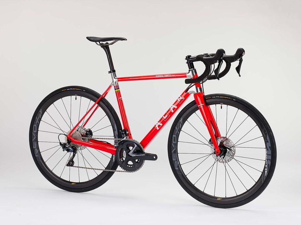 Alan Super Corsa DBS, bici da strada in fibra di carbonio con freni a disco, gruppo elettronico Shimano Dura-Ace Di2 R9170, peso 7,1 kg e prezzo 6.790 euro (sito web alanbike.it)