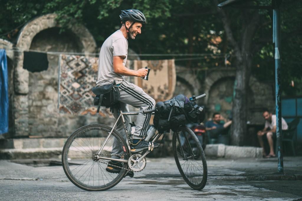 Si può fare bikepacking su una bicicletta a scatto fisso? Da questa foto si direbbe di sì! (dal portale bikepacking.com)