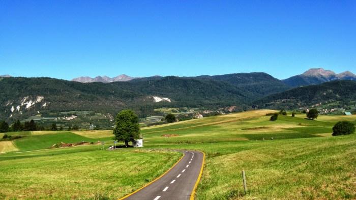 Pista ciclabile dell'Alta Valle di Non, immersa tra spettacolari prati e le montagne
