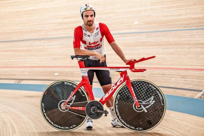 Victor Campenaerts in posa con la sua Ridley Arena TT (foto gearandgrit.com)