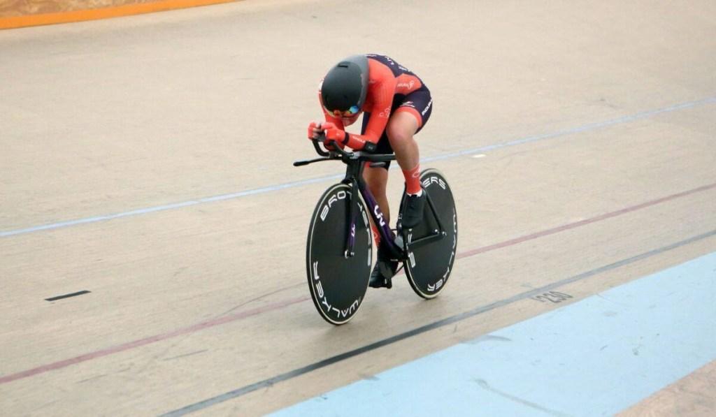 Vittoria Bussi, ciclista nata a Roma il 19 marzo 1987, impegnata sulla pista del velodromo messicano di Aguascalientes durante il record dell'ora