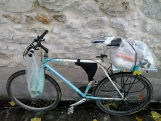 This plastic bag contain 20kg of groceries. Note how I use two more plastic bags to attach it to my saddle (I didnt have rope at the time).