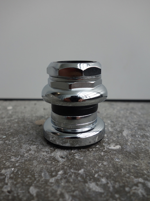 Low stack height headset for short forks with loose bearings and silver or chrome finish