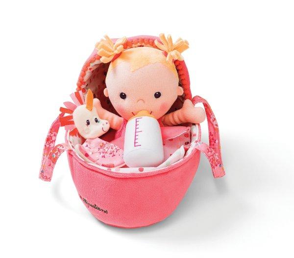 Bébé Louise avec son biberon dans son couffin