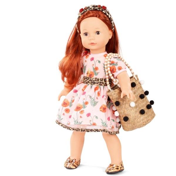 Poupée Precious Day Julia fille rousse avec des petites chaussures imprimé léopard, une robe rose à fleur avec des ourlets et une ceinture léopard, un bandeau à cheveu léopard avec des fleurs et un sac en paille tressée avec des pompons noir et blanc
