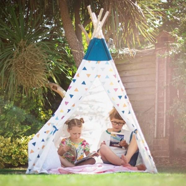 Cette tente tipi pour enfant est tout ce dont a besoin votre bambin pour se faire un petit nid douillet ! Idéal pour jouer à cache cache ou pour passer un moment tranquille.