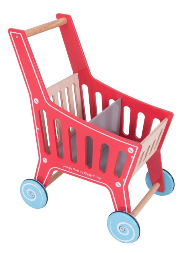 Avec ce caddie de supermarché très robuste en bois, on peut tout transporter. Pour jouer aux marchands mais aussi à toutes sortes de jeux où l'on transporte des objets.