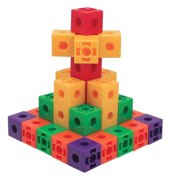 Fournis dans un assortiment de 6 couleurs vives (rouge, vert, bleu, jaune, violet et orange), les cubes de construction 600 pièces ont 2 cm de côté.