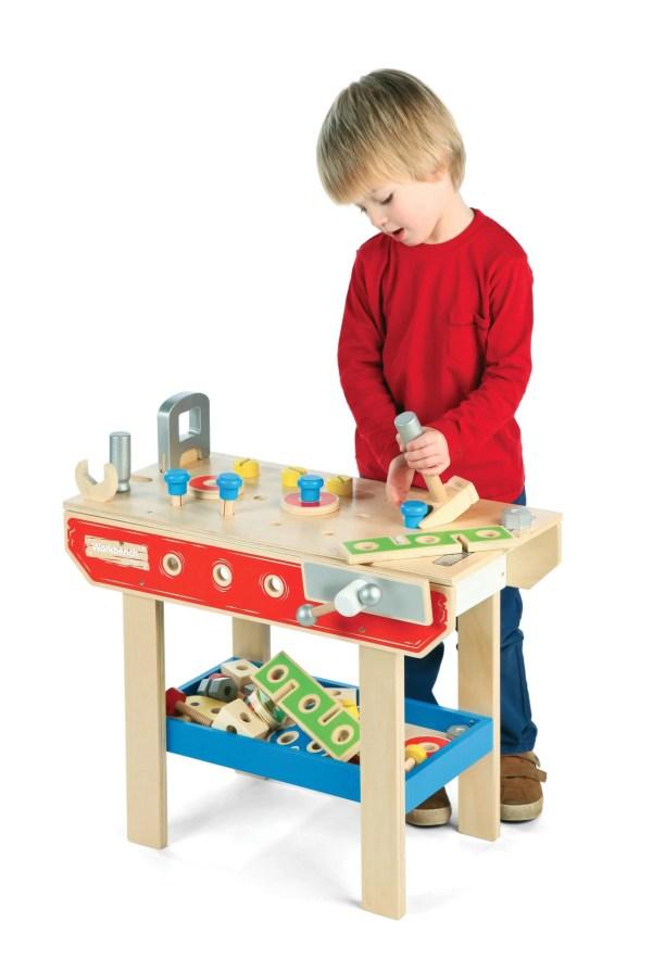 Cet établi de bricolage complet en bois est un jouet destiné aux enfants à partir de 3 ans.